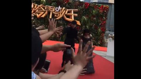 [新闻]170627 张杰今日参与《跨界歌王》总决赛录制帮唱谢娜 二人携手走上红毯甜蜜非常