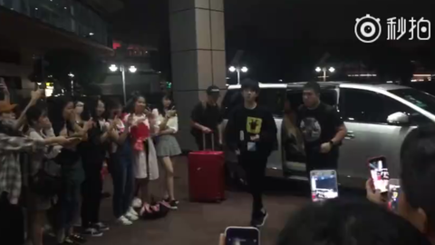 [TFBOYS][新闻]170923 千玺录制完节目后连忙飞往北京 粉丝们井然有序不拥挤!
