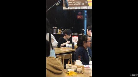 [新闻]171118 华晨宇《天籁》录制吃麻辣烫喜重口 脱衣服引惊呼