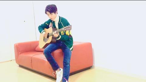 [TFBOYS][新闻]171122 王俊凯3000万福利来袭 深情吉他弹唱《love yourself》