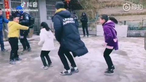 [分享]190224 金瀚成为乡村孩子的玩伴 跳长绳念童谣超可爱