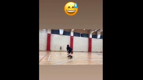 [分享]190322 白敬亭暴风更新篮球小视频 好帅的男的好细的腿