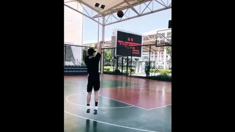 [分享]190523 篮球男孩白敬亭日常更新 夸赞三连上线!