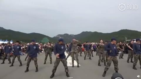 [分享]190718 韩国军队舞蹈cover——BIGBANG的《红霞》,在军队也是人气高实红的哥哥们