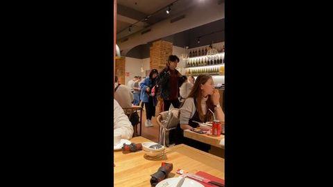 [新闻]200119 路人在巴塞罗那的火锅店偶遇小鬼 这大长腿和纸片人的身材是我们不配