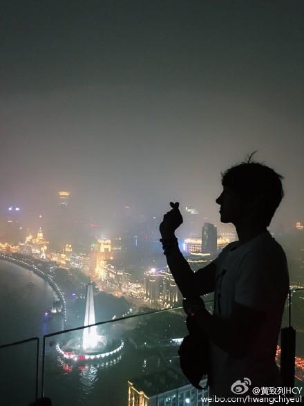 [新闻]160617 洋气列高空表白上海 帅气剪影胜过魔都夜景