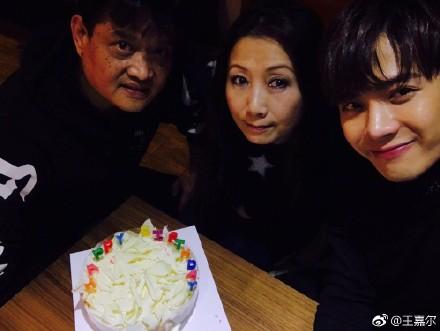[新闻]170328 王嘉尔发长文感恩23岁生日能有父母陪伴 再次强调身体重要性!