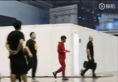 190512【易烊千玺】昨日《这!就是街舞》录制下班:红衣小千深夜也帅气