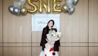 """[星闻]YG公开欢迎孙娜恩签约的认证照...""""闪闪发光"""""""