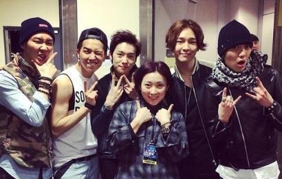 [新闻]140322 香港AON演唱会Staff更新与Winner合照1P