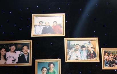 [新闻]141001 王源和家人的合影登上了CCTV-3《九九艳阳天》明星墙