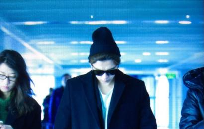 [新闻]150202 李易峰一袭黑衣抵达长沙 今玩录制快乐大本营