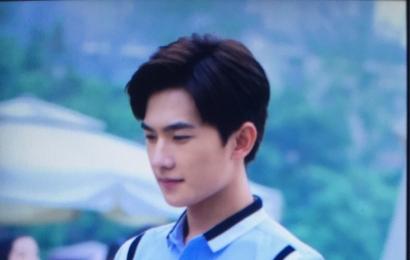 [新闻]150526 杨洋《旋风少女》上班照 像背着书包上学的少年