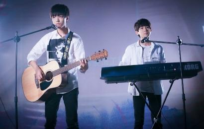 [新闻]150610 小凯小源重回日月光弹唱《明天你好》