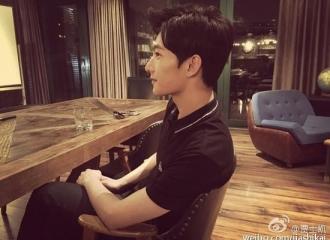 [新闻]150905 杨洋深夜开会仍坐姿笔直 粉丝心疼赞劳模