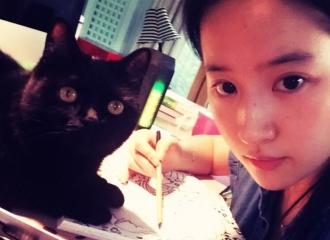 [新闻]151015 刘亦菲素颜画画 桌上猫咪抢镜