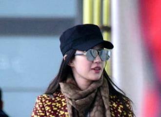 [新闻]151110 刘亦菲穿亮色大衣现身吸睛 妈妈挎两包随行