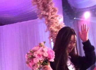 [后记]151115 赵丽颖低调参加表妹婚礼 获捧花展笑颜
