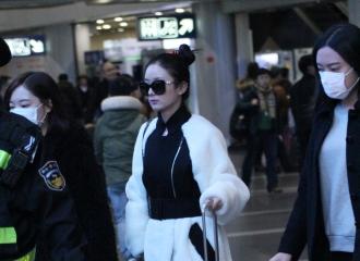 [新闻]151120 组图:赵丽颖最新机场照 黑白搭配加丸子头又酷又萌