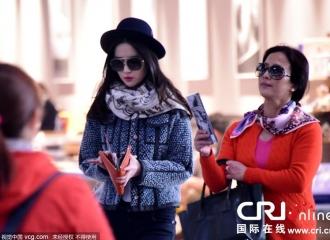 [新闻]151123 刘亦菲墨镜遮面机场时尚look潮到爆 与老妈靓丽离京