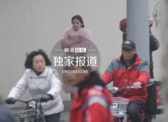 [新闻]151230 迪丽热巴寒冬街头拍戏 打扮贵气