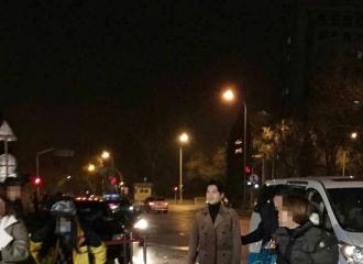 [新闻]160129 杨洋联排下车显轻松 一改严肃笑打招呼
