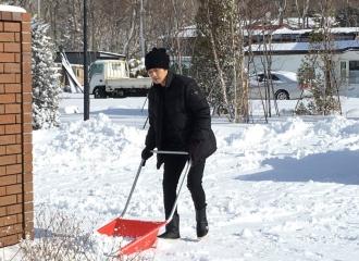 [新闻]160316 钟汉良更博晒铲雪照 文艺男青年上线