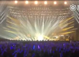 """[新闻]160407 台北演唱会万人大合唱 陈奕迅赞""""你们太可爱了"""