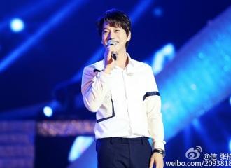 [新闻]160529 歌手黄致列出席颁奖活动 与烈火暖心互动实力撩粉