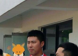 [新闻]160601 兵哥哥允浩参加六一庆祝活动 运动场上的帅气少年