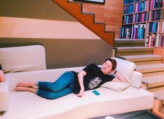 [新闻]160604 慵懒的周末 美人俊秀躺沙发