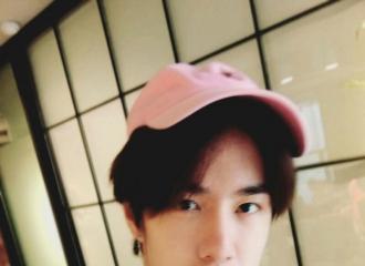 [新闻]160612 一博也戴粉帽子 集体粉起来