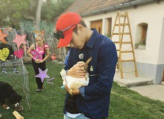 [新闻]160612 圣柱抱兔子超有爱