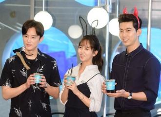 [新闻]160711 金所炫宣传新剧送咖啡 变身可爱兔女郎