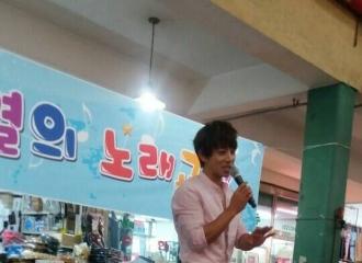 [分享]160801 网友路透:黄致列正在首尔传统市场教唱歌