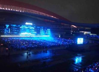 [新闻]161023 薛之谦昨晚现身南京演唱会 陪粉丝一起淋雨