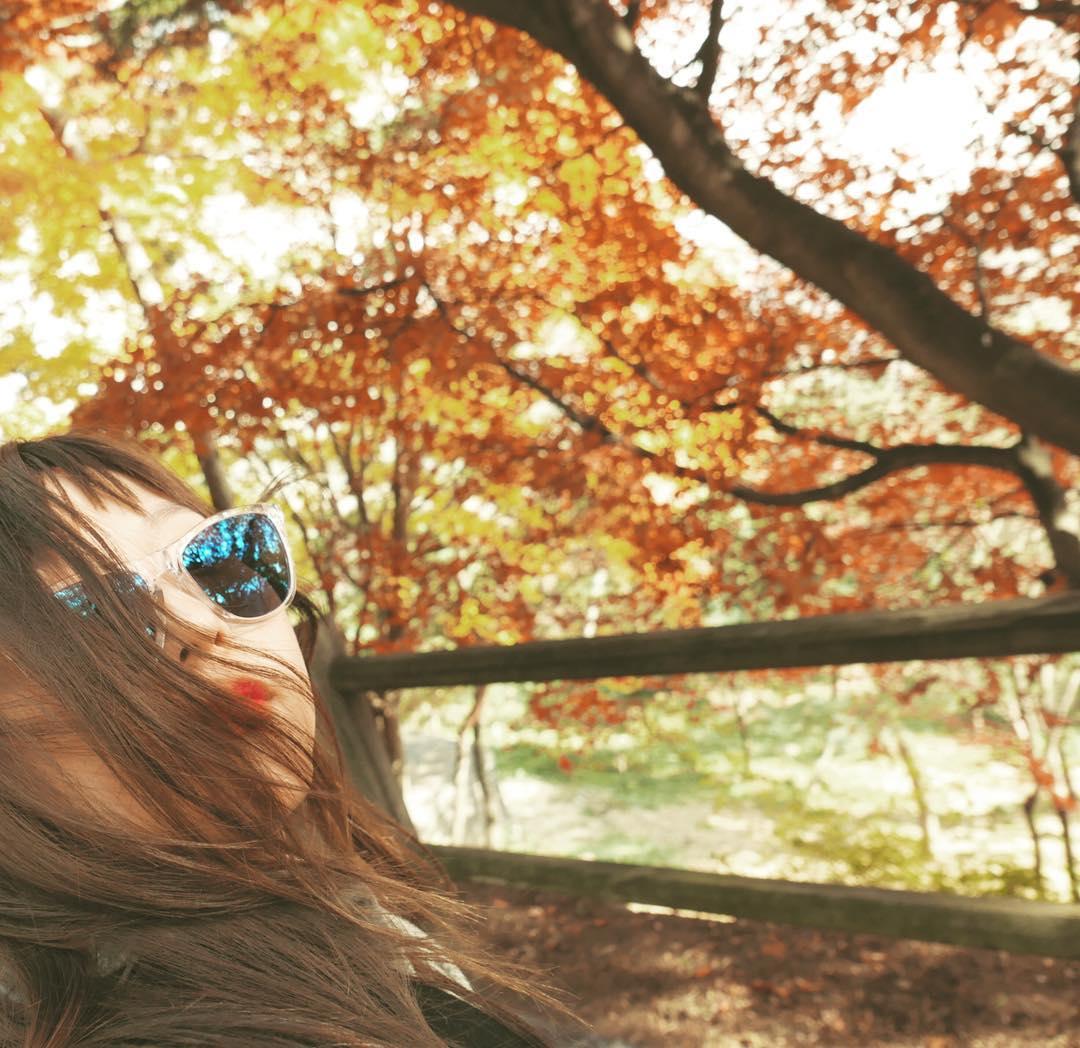 [新闻]161118 Min更新ins:享受秋日的惬意少女