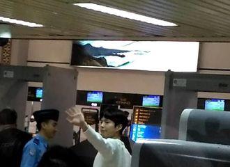[新闻]170115 宝剑印尼返韩挥手鞠躬告别粉丝 最好的朴演员!