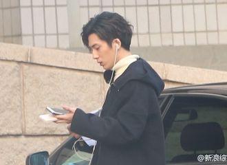 [新闻]170115 井柏然戴耳机专注手机 现身央视春晚首次联排