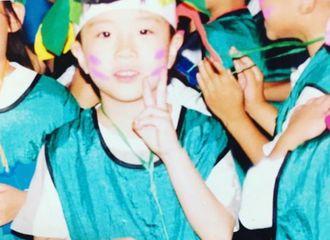 [新闻]170119 荣宰公开幼时照片 原来同手拍照的习惯从小就有