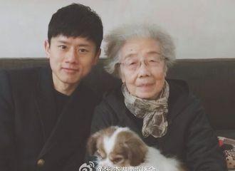 [新闻]170121 张杰小年夜看望彭奶奶 亲手为其调制奶茶