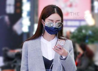 [新闻]170122 赵丽颖一大早现身机场 沉迷手机不能自拔