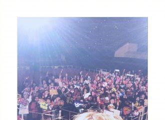 [新闻]170218 知元与台下粉丝合照 盛赞大阪的热情!
