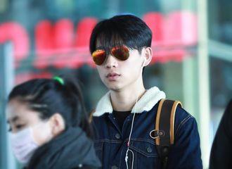 [新闻]170219 魏晨抵达北京 火焰色墨镜很酷炫