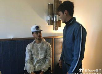 [新闻]170219 果然好兄弟!吴亦凡惊喜现身NBA球星库里直播