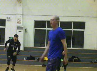 [新闻]170219 霍建华拍戏空档现身打篮球 运动范儿十足