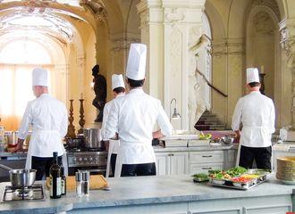 [新闻]170220 做料理的容大厨太帅了!郑容和《决战食神》布拉格拍摄记