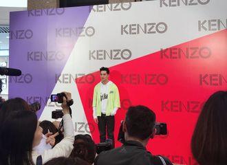[新闻]170324 许魏洲现身香港时代广场,助力Kenzo新店开幕!