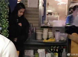 [新闻]170326 海绵夫妇低调现身小吃店 Baby素颜甜美