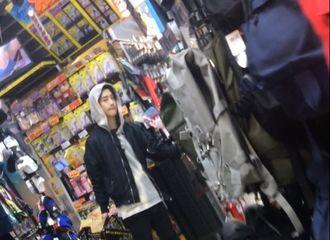 [分享]170329 新鲜路透!网友日本偶遇购物中的大哥line